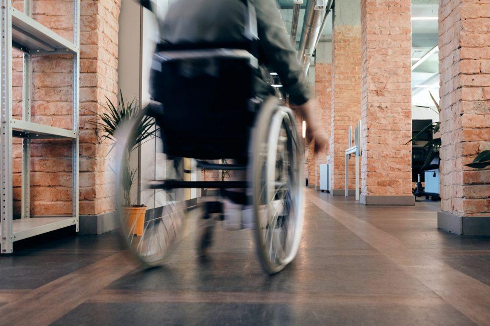 osoba poruszająca się za pomocą wózka