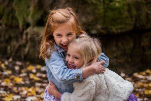 dzieci przytulają się